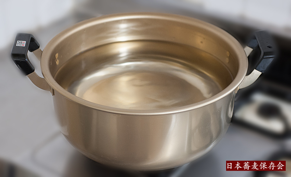 乾麺を茹でる鍋