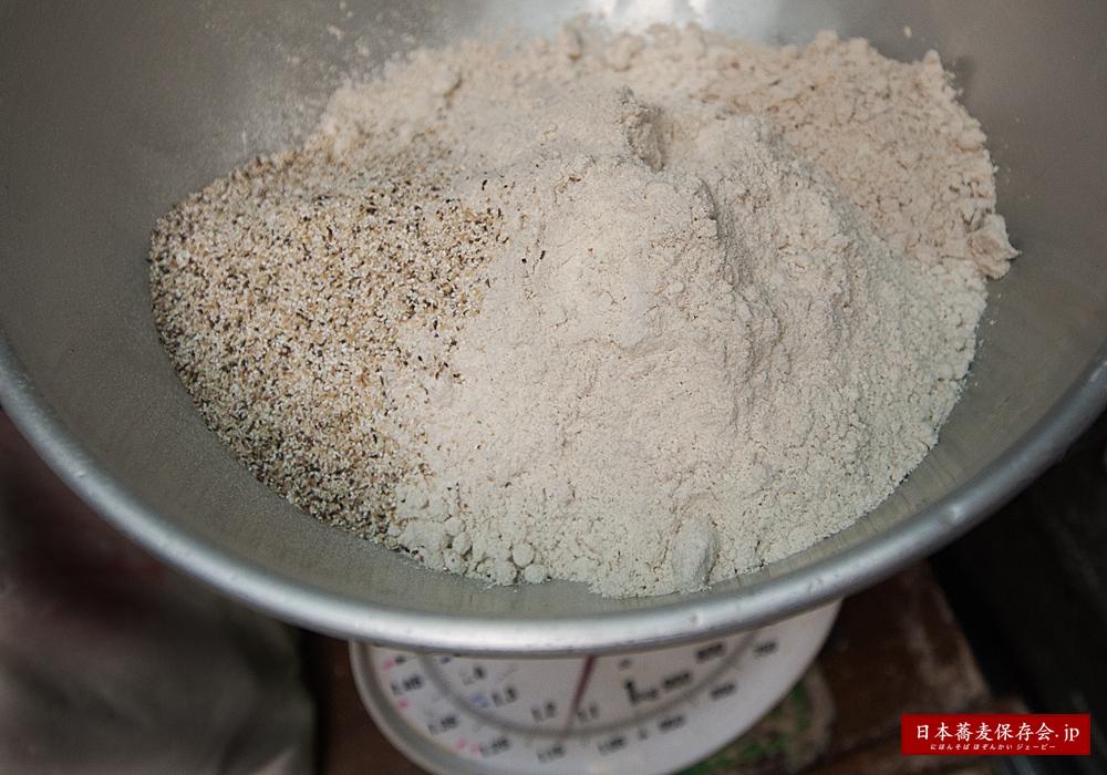 そばに小麦粉を入れるのは、なぜ?