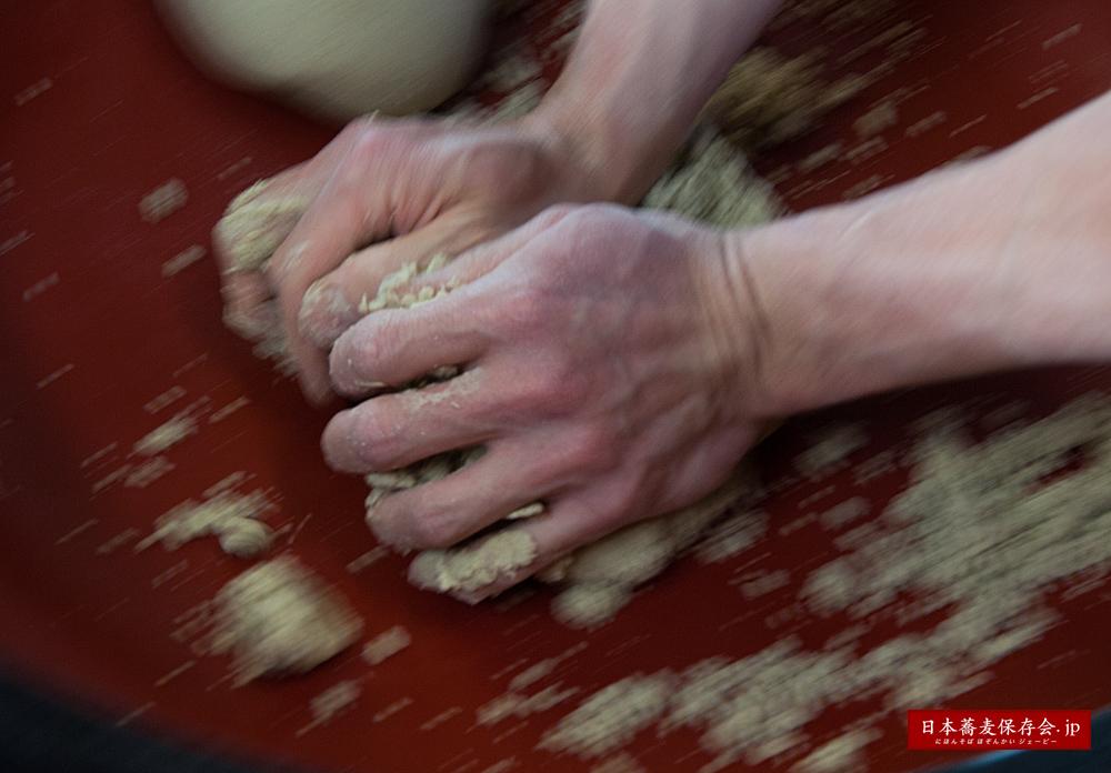 蕎麦には、なぜ、小麦粉を混ぜるのか